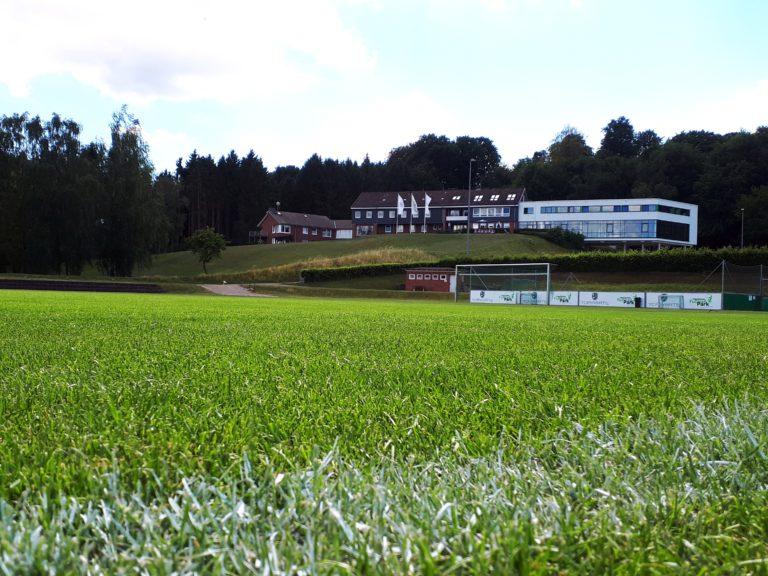 Die Sportschule Malente thront auf einer Anhöhe