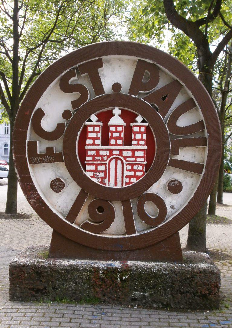Vor dem Millerntor: Das Wappen des FC St. Pauli