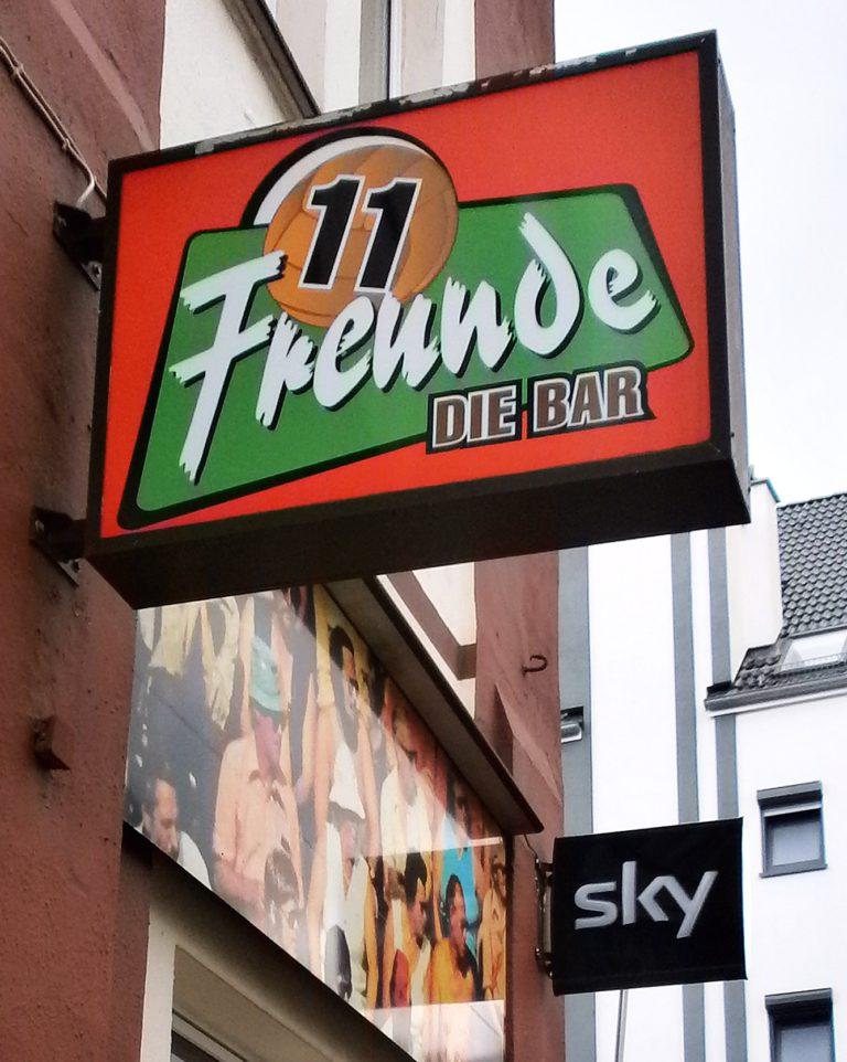 Hängt inzwischen nicht mehr: Die Außenwerbung der Bar