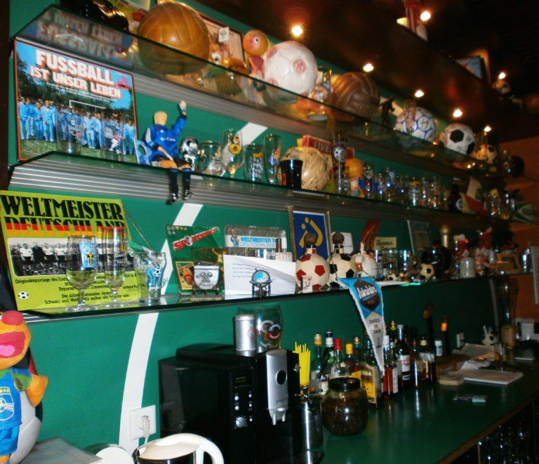 Hinter dem Tresen der 11 Freunde-Bar