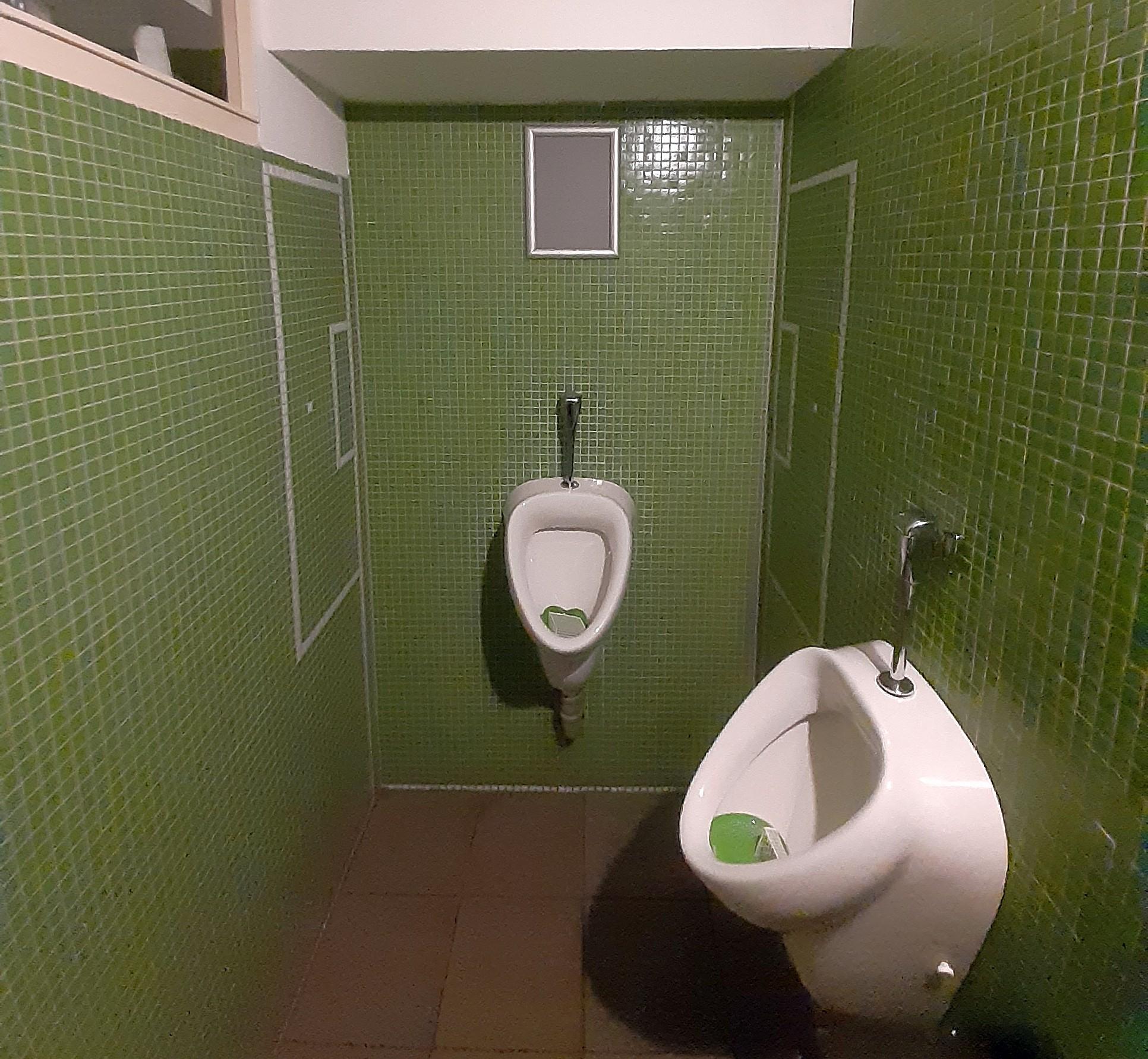 Die Männertoiletten der 11 Freunde-Bar sind in grünem Coleur gehalten
