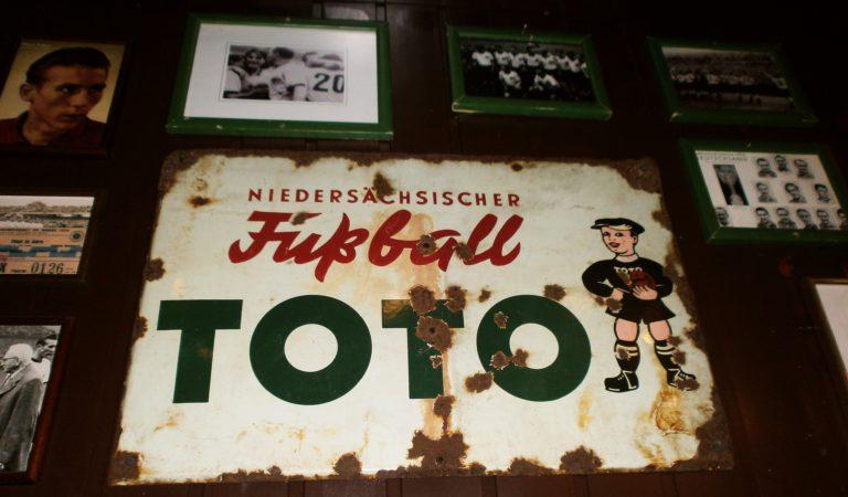 Ein altes Fußball-Toto-Schild