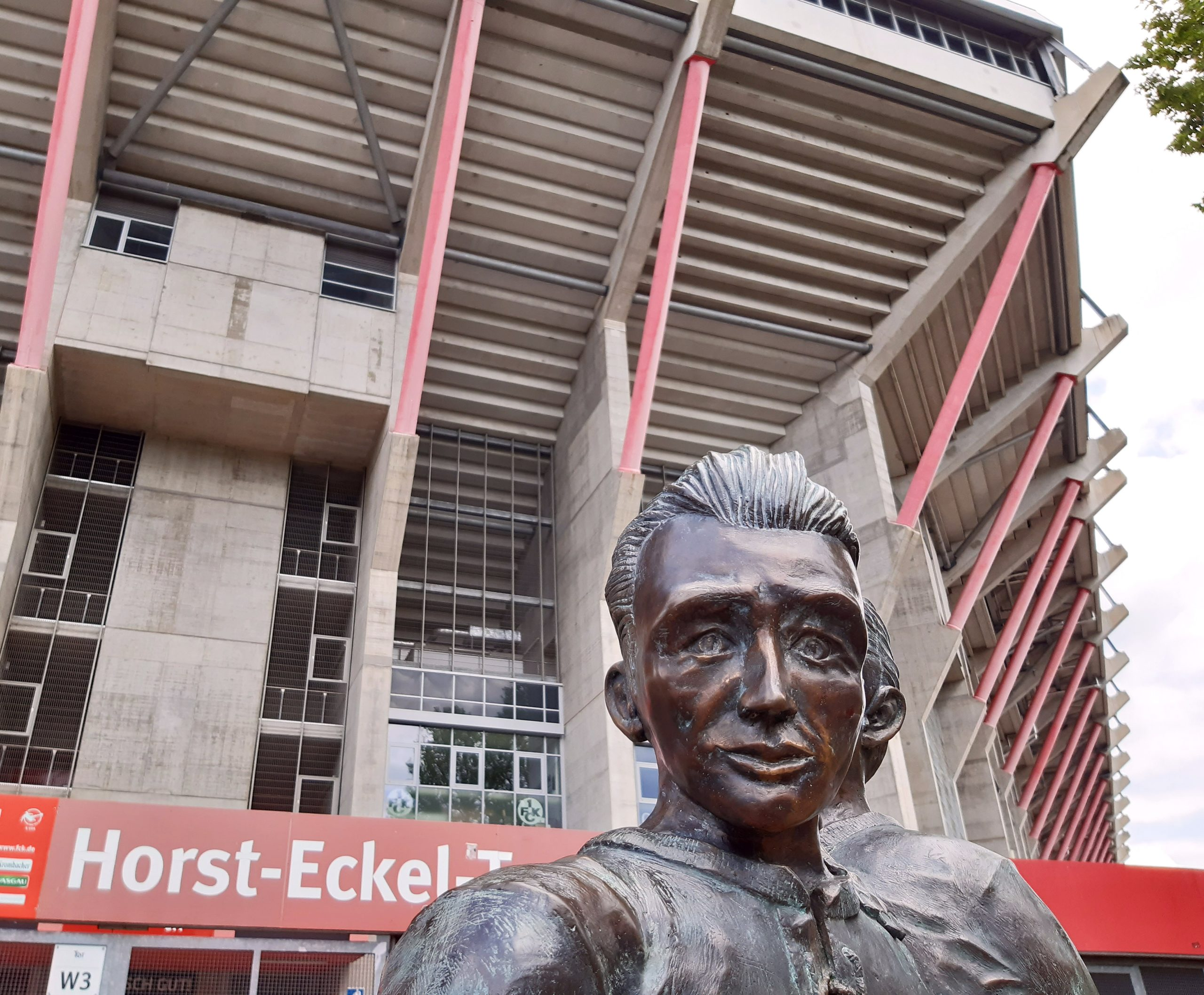 Horst Eckel vor dem Horst-Eckel-Tor