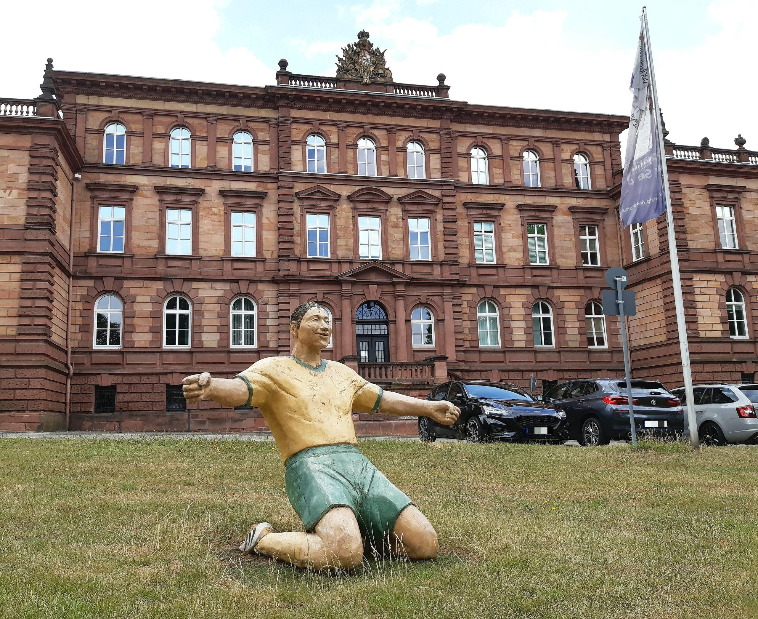 """Direkt vor dem Polizeipräsidium und gegenüber der Betzebud befindet sich das Denkmal """"Fußball ohne Grenzen"""""""