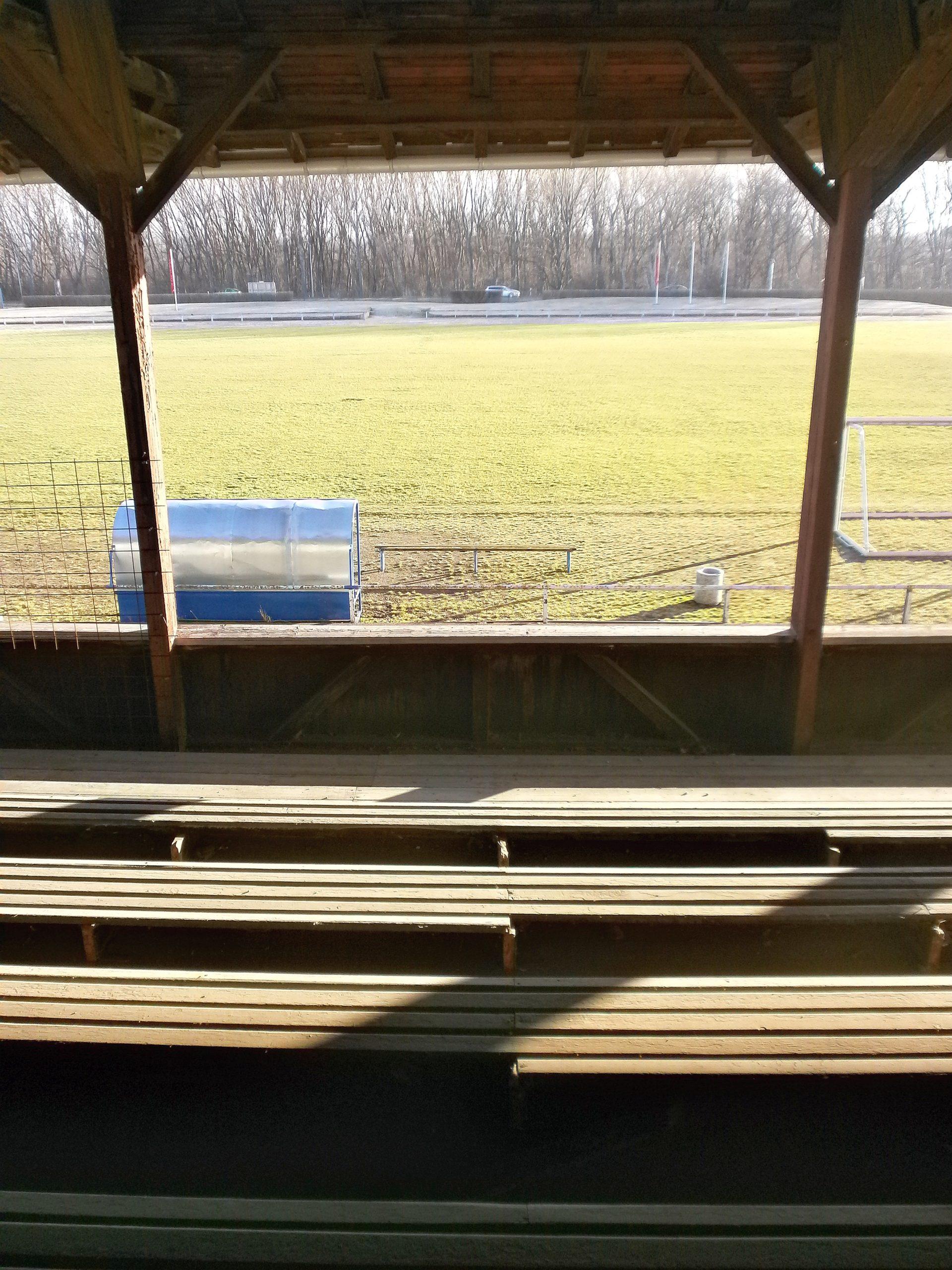 Ein Blick von der Haupttribüne auf das Spielfeld