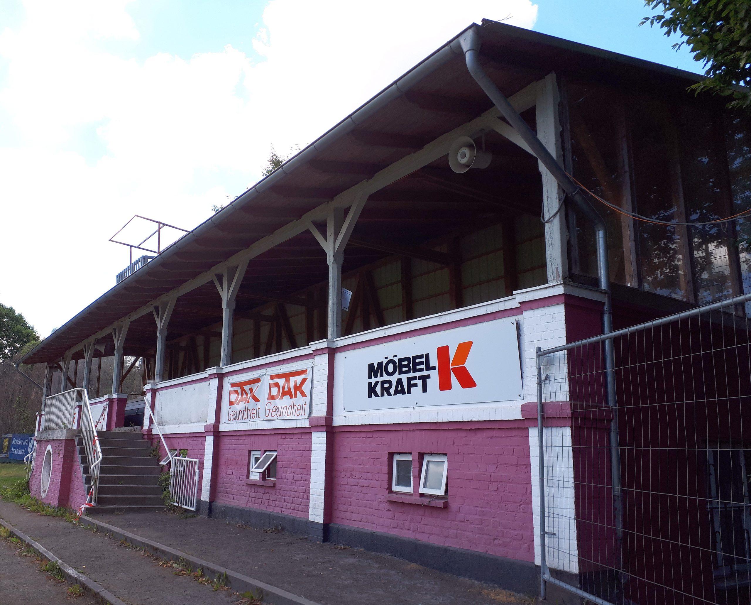 Die Tribüne des FC Kilia steht hier seit über 100 Jahren