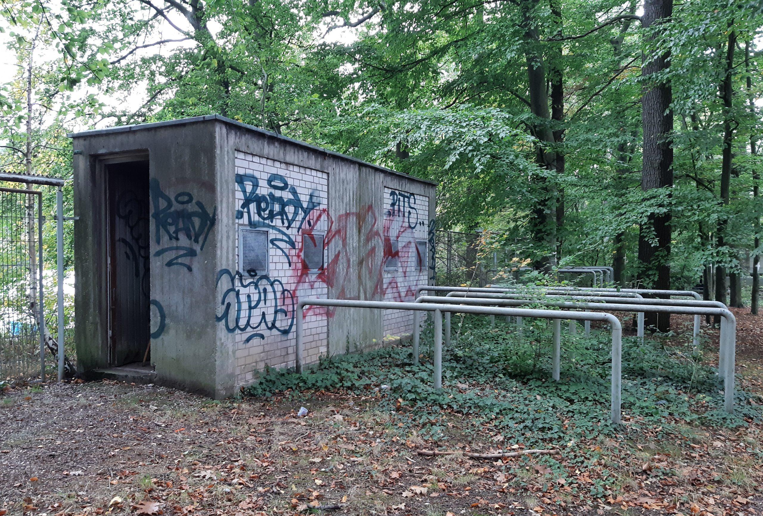 Altes Kassenhäuschen vor den Toren des Jahnstadions