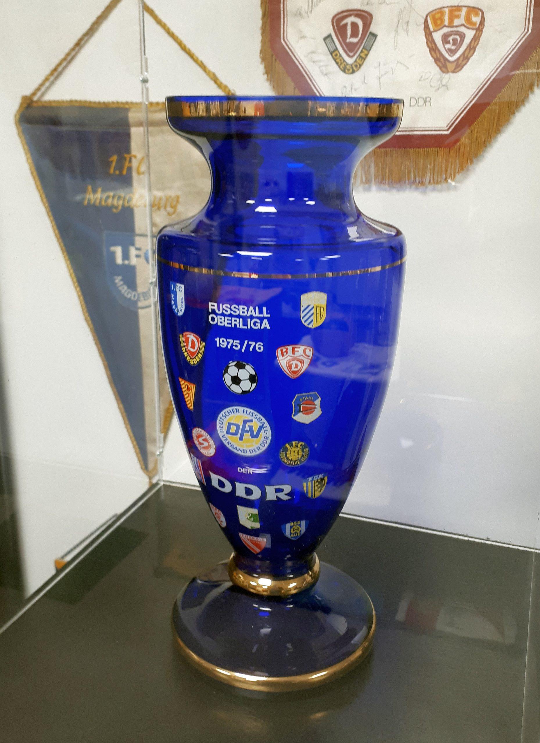 Diverse Vasen zieren das DDR-Fußball-Museum