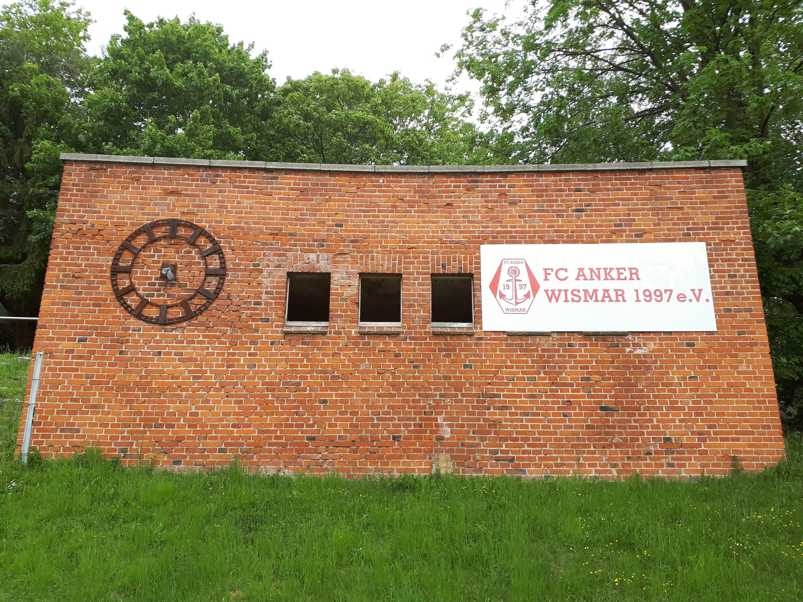 Der frühere Sprecherturm im Kurt-Bürger-Stadion zu Wismar