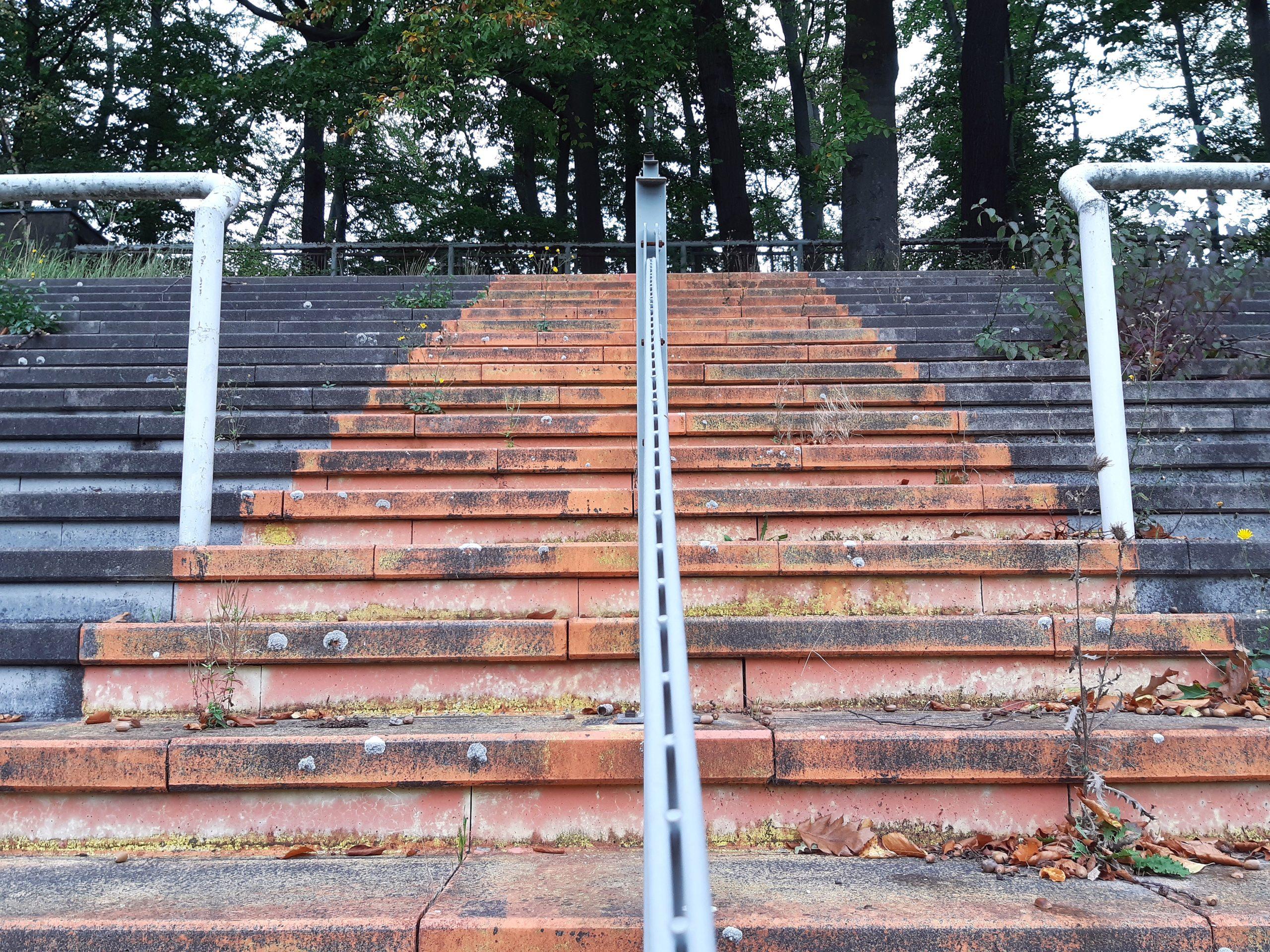 Treppenaufgang auf der Gegengeraden im Jahnstadion