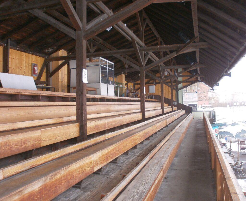 Die alte Holztribüne steht hier seit 1914