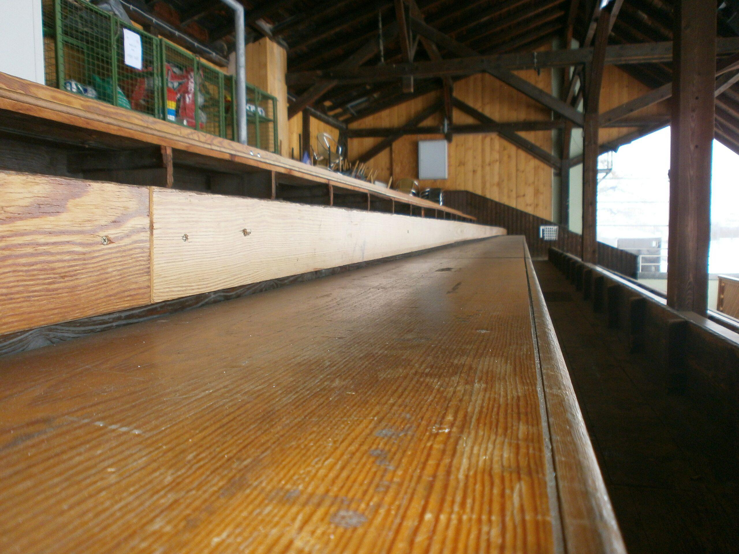 Gut Holz: Die alte Holztribüne