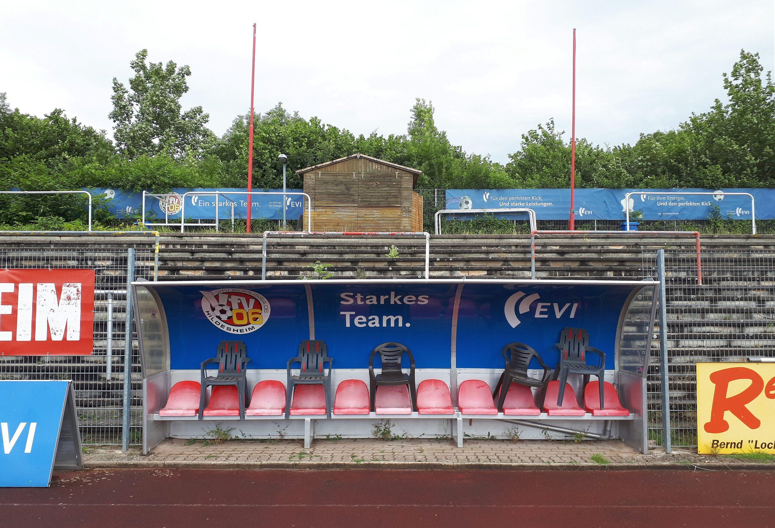 Hoch die Stühle: Während der Corona-Pause ruht auch der Betrieb auf den Ersatzbänken im Hildesheimer Stadion