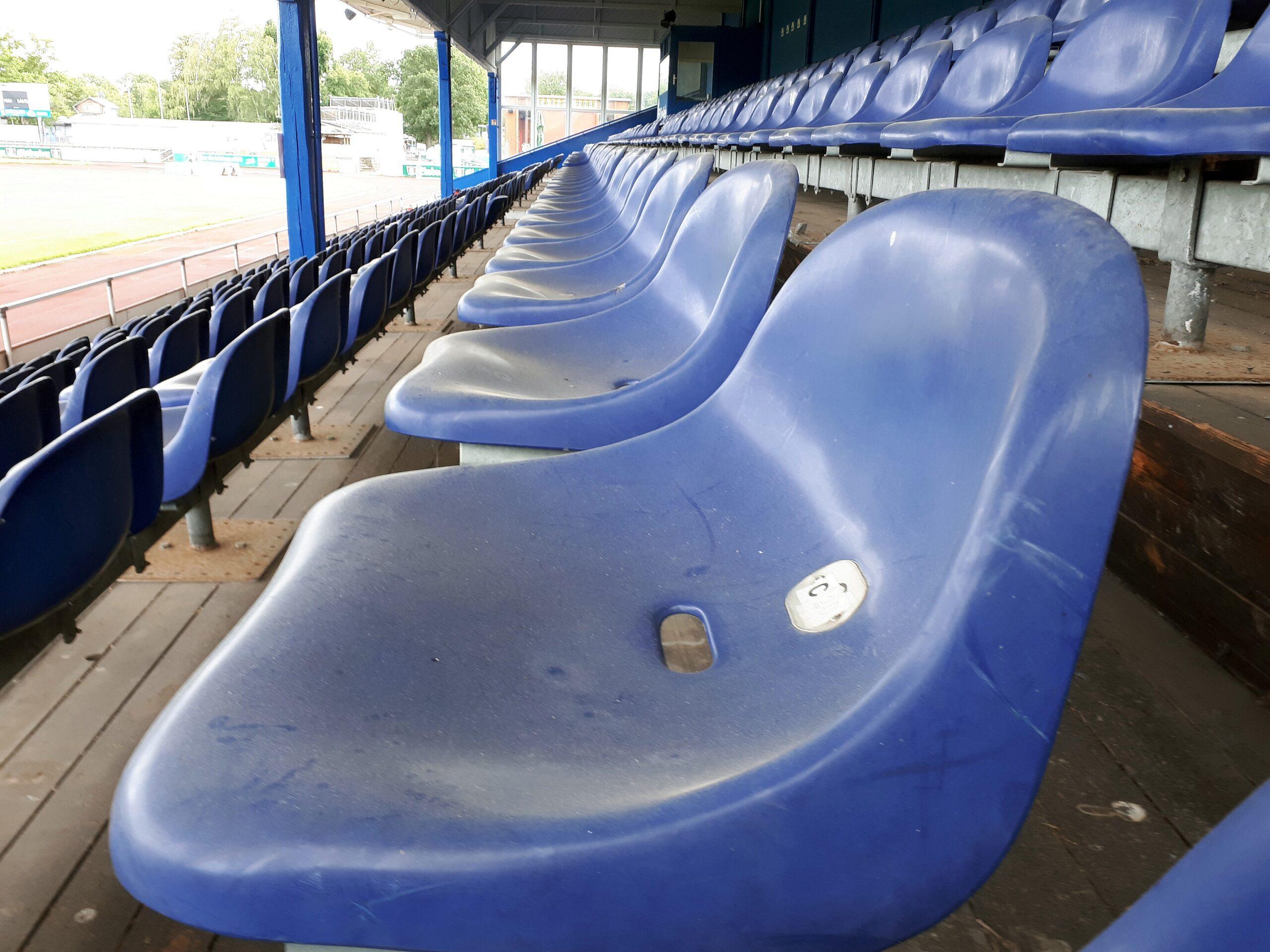 Blaue Sitzschalen auf der Holztribüne im Friedrich-Ebert-Stadion