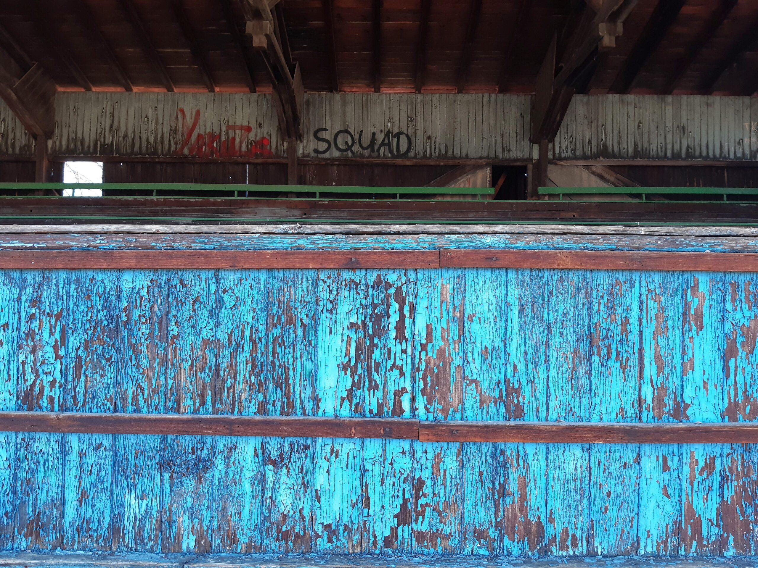 Die Farbe auf der alten Holztribüne in Rudisleben bröckelt langsam ab