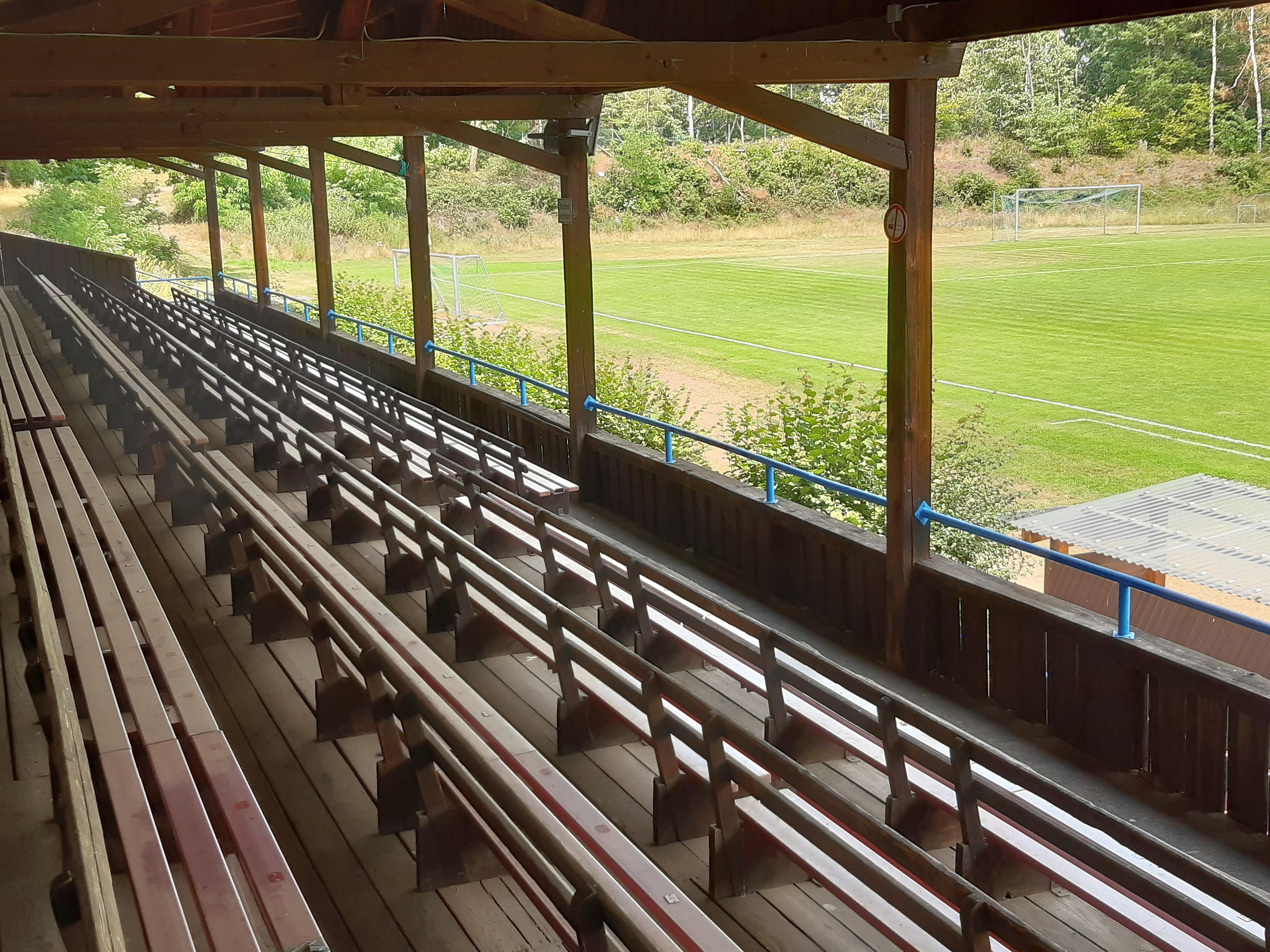 Die alte Holztribüne im Waldstadion