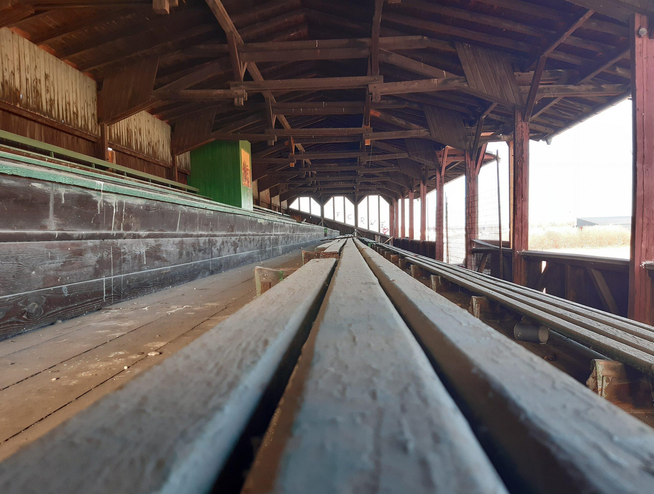 Die Holztribüne der Brauchitsch-Kampfbahn