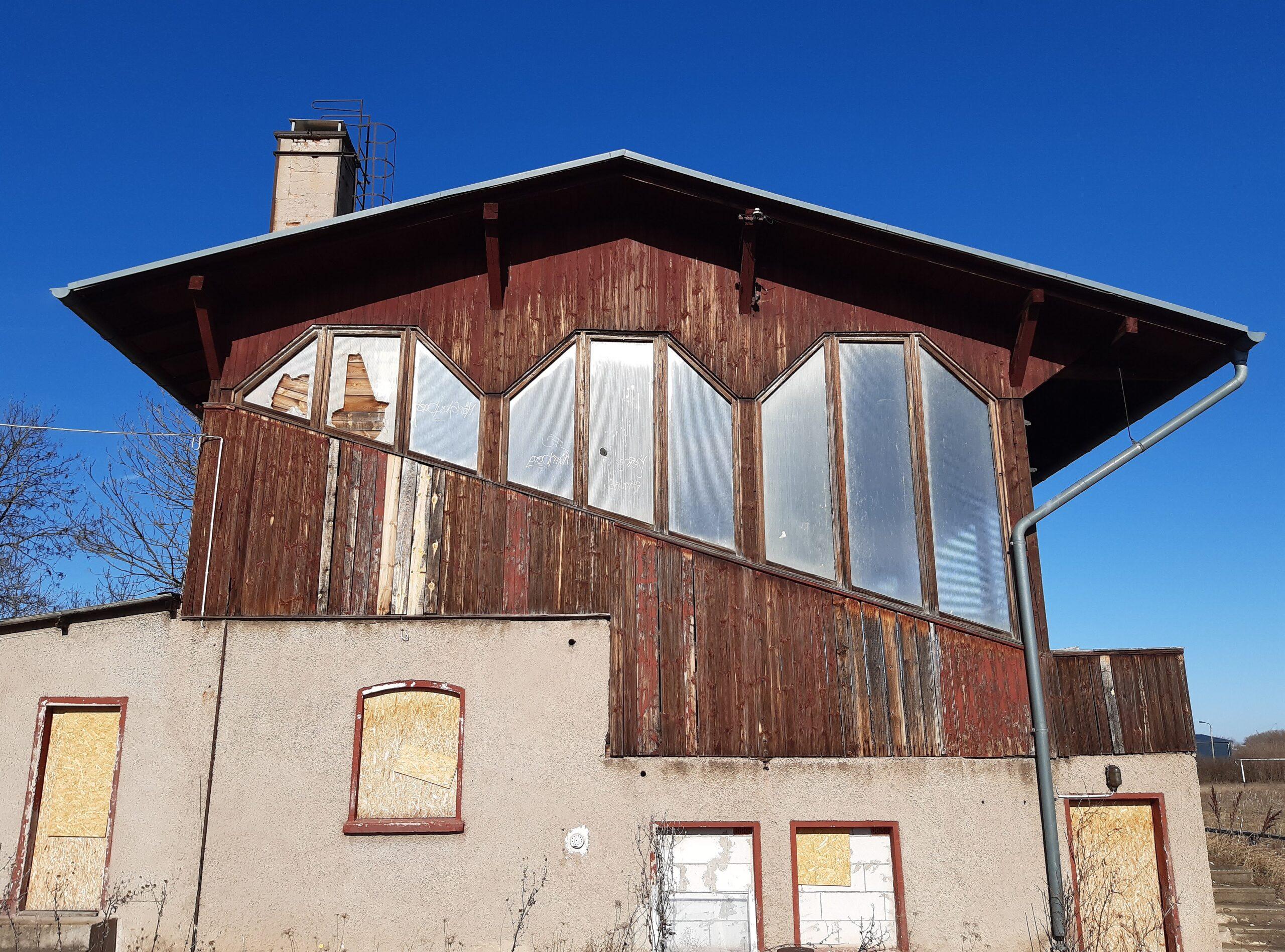 Die Holztribüne in Rudisleben wartet nur auf ihren Abriss