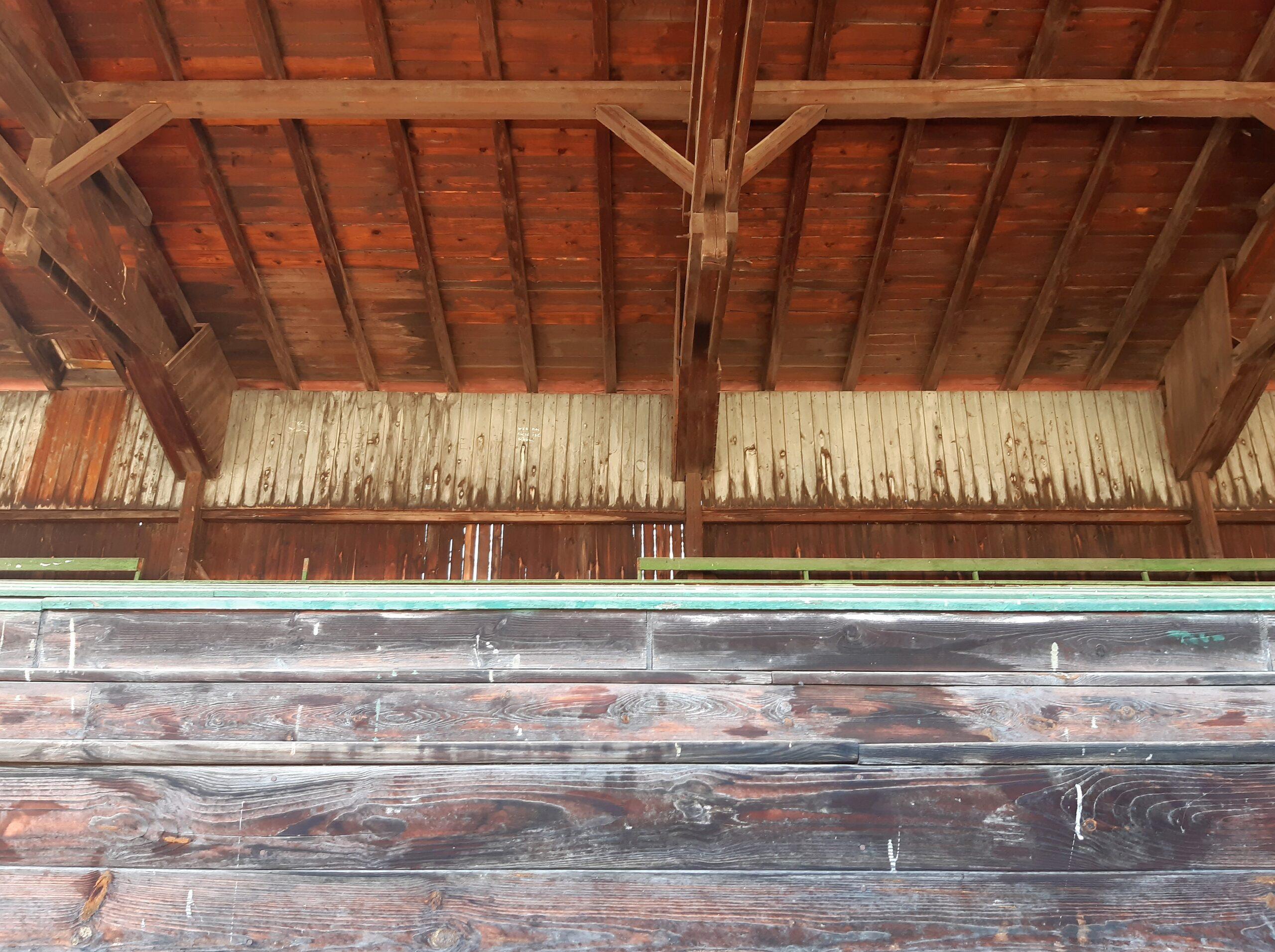 Die aufwendige Dachkonstruktion der Holztribüne auf der Manfred-von-Brauchitsch-Kampfbahn ist mit den Fertigbauteilen der heutigen Stadien nicht mehr zu vergleichen