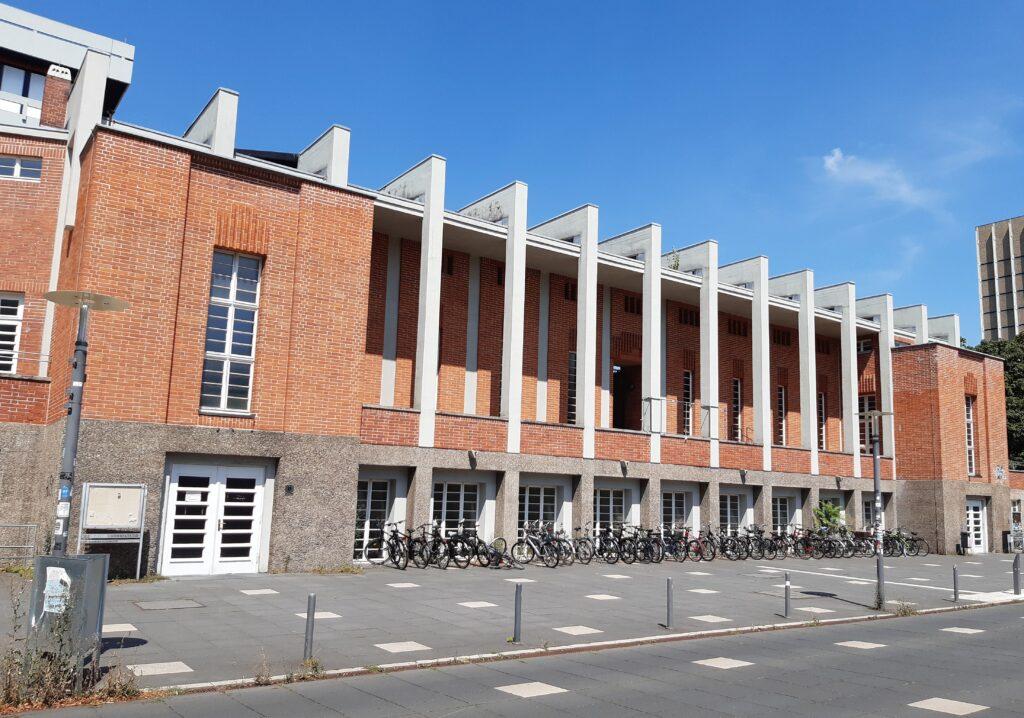 Die Ansicht des alten Hochschulstadions von der Straßenseite