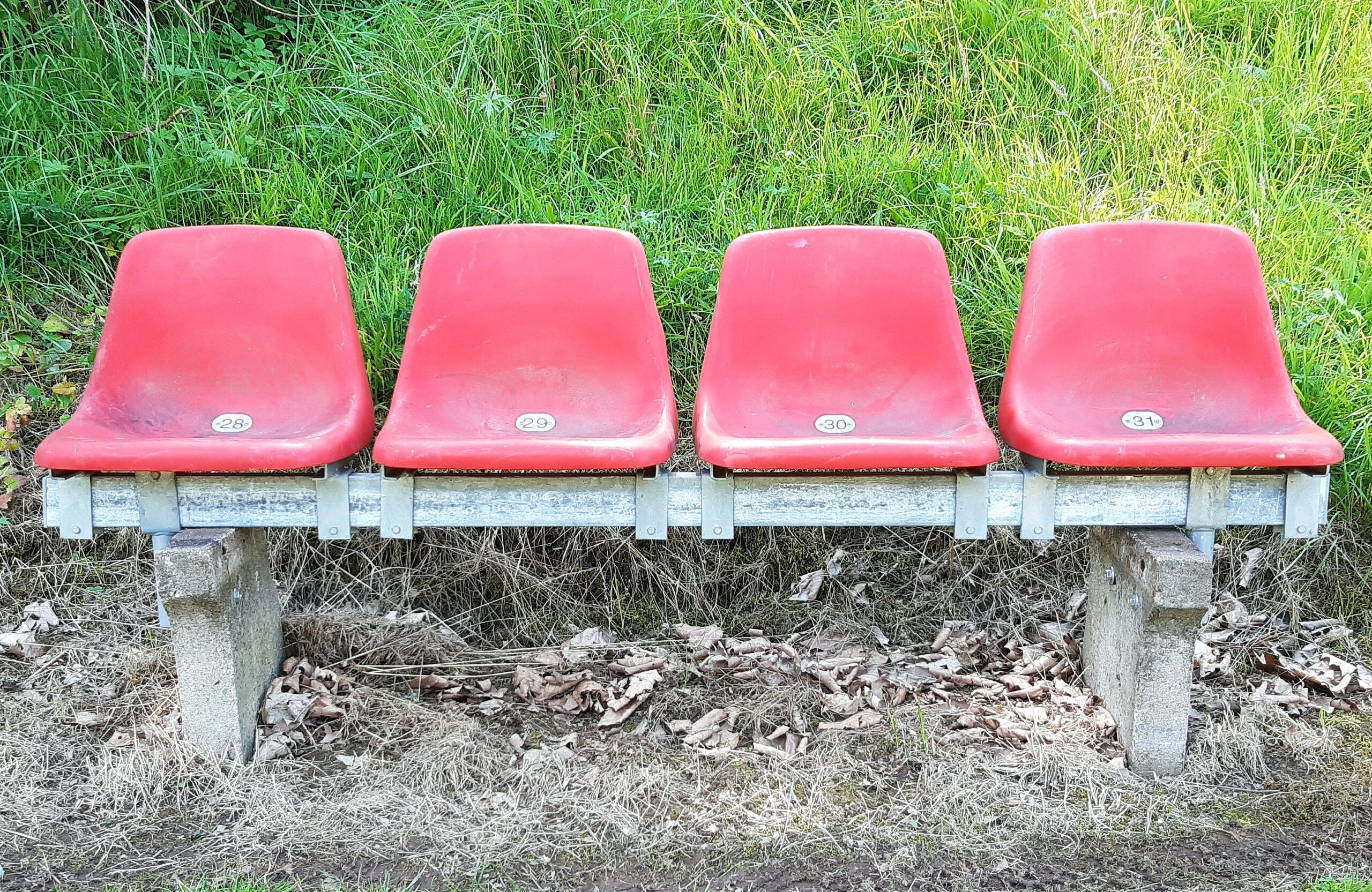 Auf dem Liebenbachsportplatz findet man Stadionsitze aus dem früheren Müngersdorfer Stadion