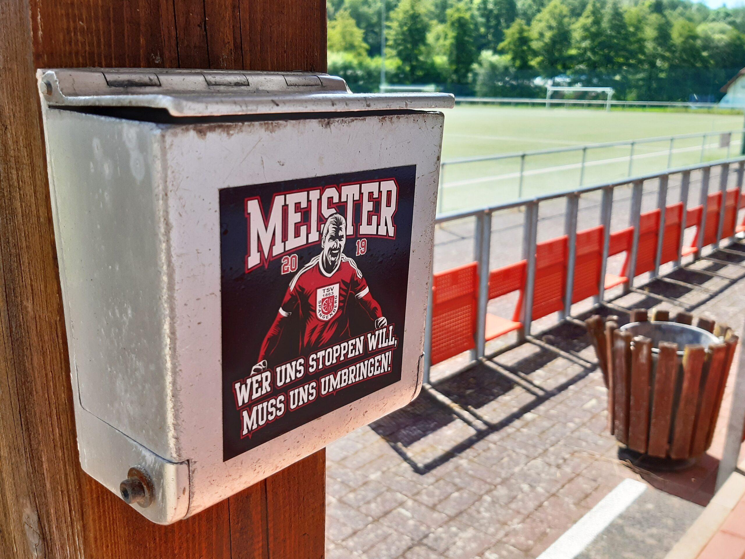 Auch auch der Kunstrasenplatz in Spangenberg ist mit Sitzen aus dem Müngersdorfer Stadion bestuhlt