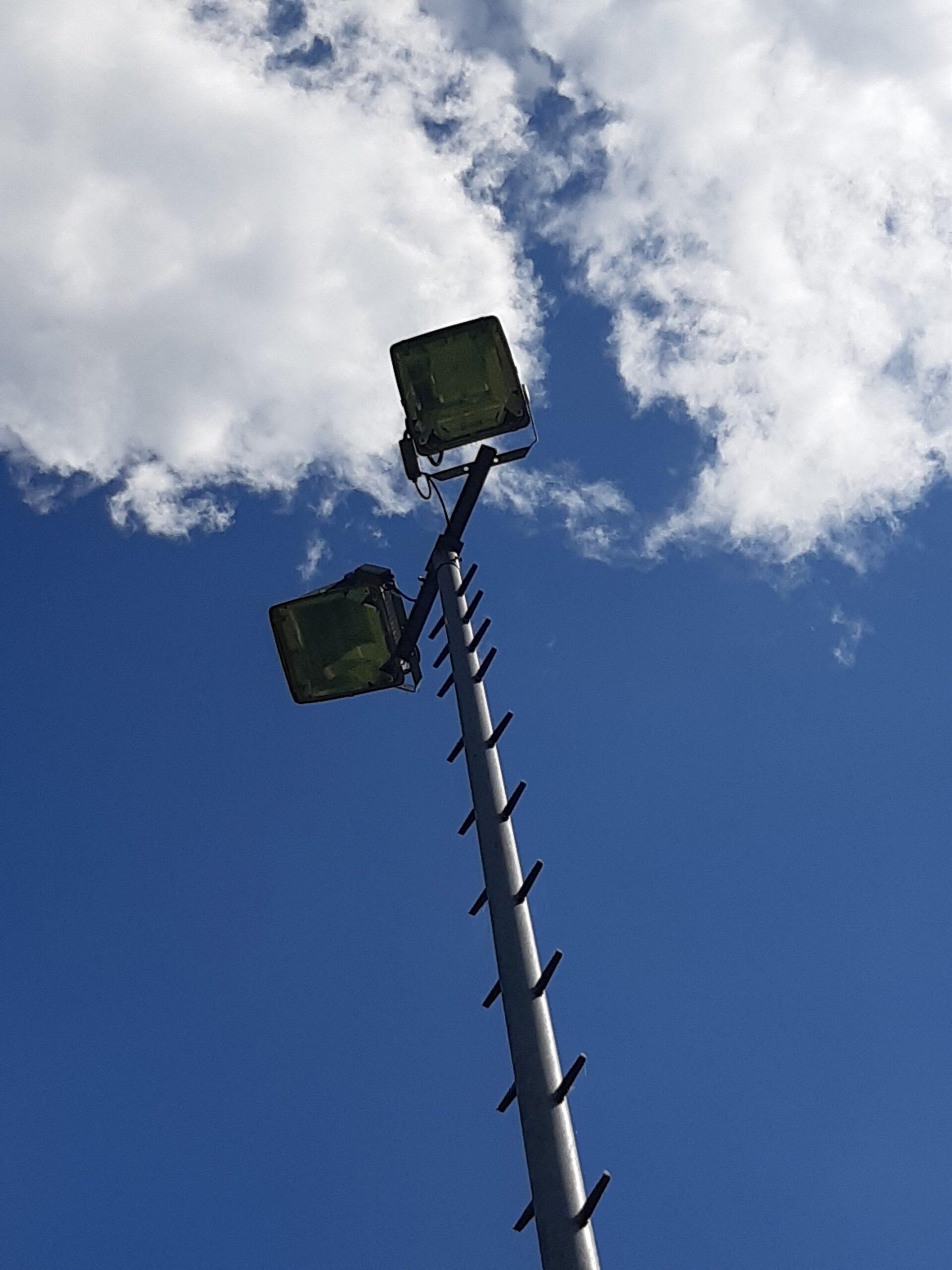 Die Flutlichter auf dem Liebenbachsportplatz